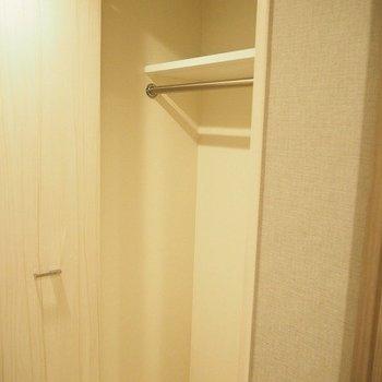 廊下に収納もあります。※写真は1階の同じ間取りの別部屋です
