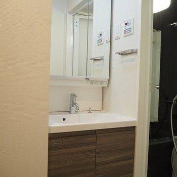 ちゃんと独立洗面台あります!※写真は1階の同じ間取りの別部屋です