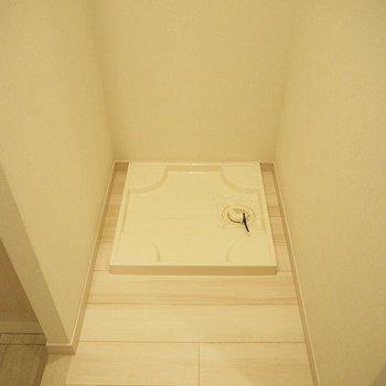 玄関脇に洗濯機置場。※写真は1階の同じ間取りの別部屋です