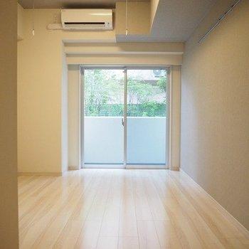 スイーンと伸びるフローリングの色合いが◎※写真は1階の同じ間取りの別部屋です