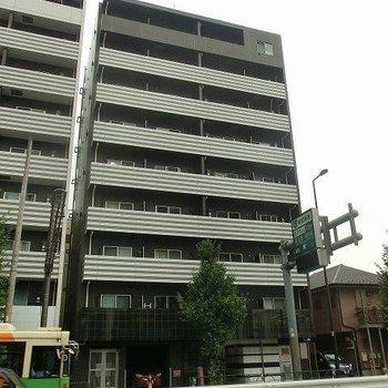 通りに建つ9階建て。
