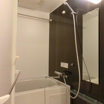 浴室乾燥機能付のバスルーム。※写真は5階の反転間取り別部屋です。
