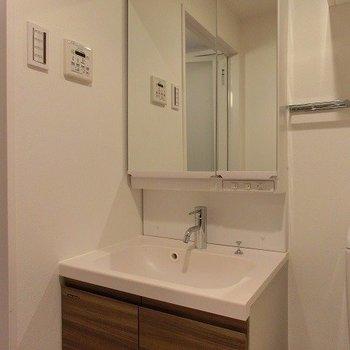 機能的な洗面台。※写真は5階の反転間取り別部屋です。