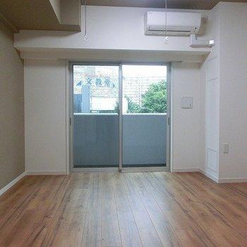 天井までアクセントクロスがあるのがポイント。※写真は5階の反転間取り別部屋です。