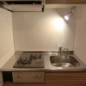 2口コンロのキッチン。※写真は5階の反転間取り別部屋です。