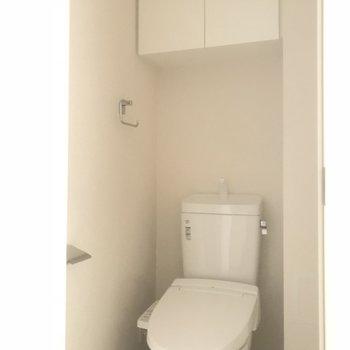 トイレは棚付き!※写真は5階の反転間取り別部屋です。