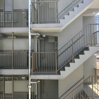 バルコニー眺望です。向かいの建物まで少し距離あります。※写真は5階の反転間取り別部屋です。
