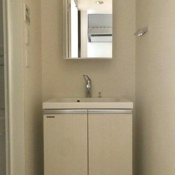 独立洗面台が嬉しい!※写真は5階の反転間取り別部屋です。