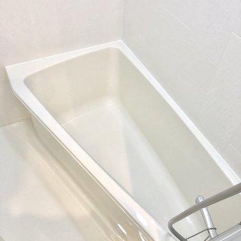 お風呂は細長、脚伸ばせる!※写真は6階の似た間取り別部屋のものです。