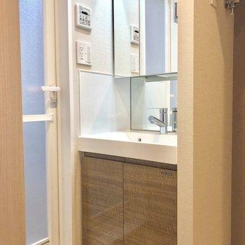 独立洗面台は嬉しい〜!※写真は6階の似た間取り別部屋のものです。