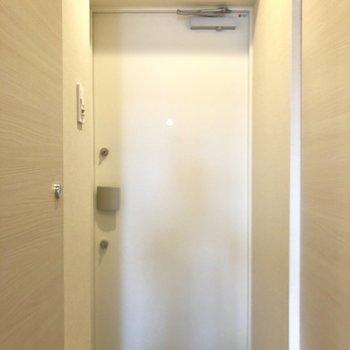 玄関、鍵2つです。※写真は6階の似た間取り別部屋のものです。