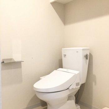 個室ではないですが、上に棚があります。※写真は2階の反転間取り別部屋