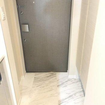 玄関はコンパクトめ。※写真は2階の反転間取り別部屋