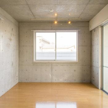 嬉しい3面採光で明るいです。※写真は2階の同間取り別部屋のものです。