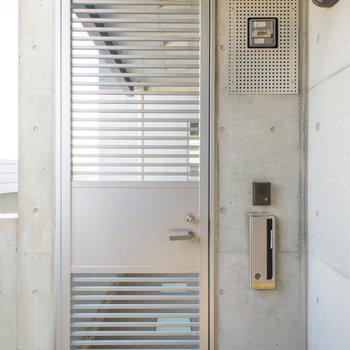 各部屋に玄関までの厳重な扉が設けられています。