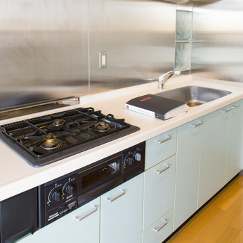 広々機能的なシステムキッチンです。※写真は2階の同間取り別部屋のものです。