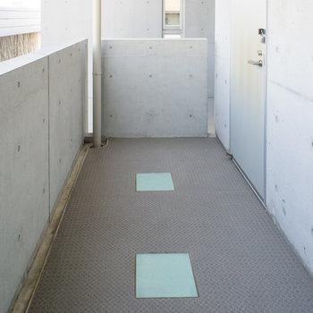 玄関前もプライベートスペースです。