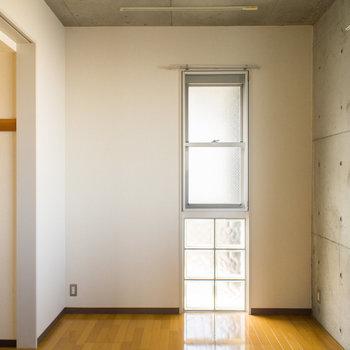 6帖のお部屋は2面採光です。※写真は2階の同間取り別部屋のものです。