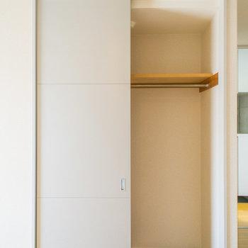 クローゼットは引き戸タイプ。※写真は2階の同間取り別部屋のものです。