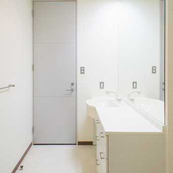 脱衣所は大きな鏡がホテルみたい♪※写真は2階の同間取り別部屋のものです。