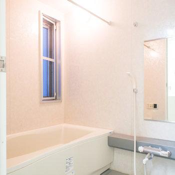 窓のある浴室には追い焚き&浴室乾燥機付きです。※写真は2階の同間取り別部屋のものです。
