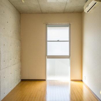 8.7帖の洋室にも光が入ります。※写真は2階の同間取り別部屋のものです。