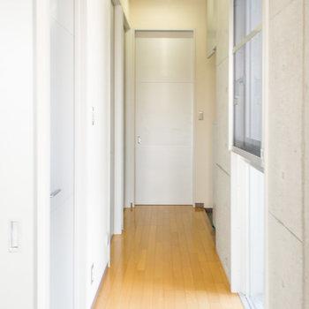 お部屋の廊下部分にも光の入る窓が♪※写真は2階の同間取り別部屋のものです。