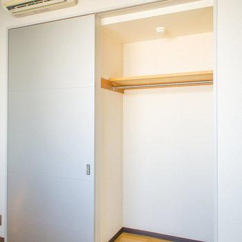こちらのクローゼットも長い衣類が楽々収納できますね。※写真は2階の同間取り別部屋のものです。