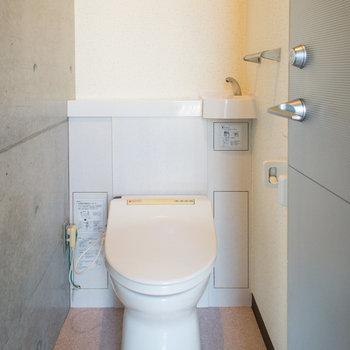 背面の手洗いカウンターが嬉しいですね♪※写真は2階の同間取り別部屋のものです。