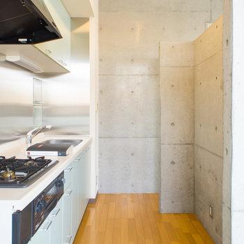 お部屋から目隠し壁のあるキッチンスペース。※写真は2階の同間取り別部屋のものです。