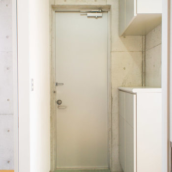 玄関のシューズボックスは上下で大容量!※写真は2階の同間取り別部屋のものです。