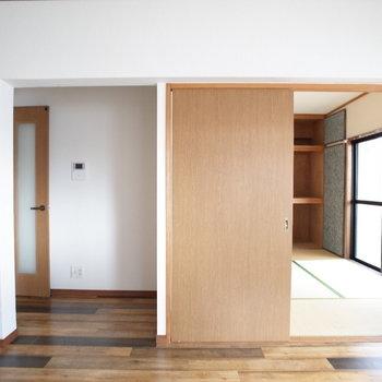 廊下への扉と和室への扉