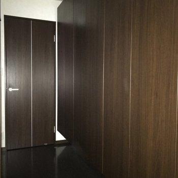 廊下一面に収納スペースあり!あっぱれです!※写真は別室です