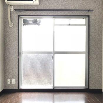 白の壁紙も涼しげでいい感じ◎※写真は別室です