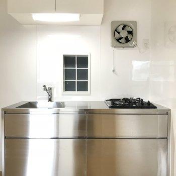 シルバーのかっこいいキッチンです