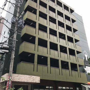 緑色の建物です