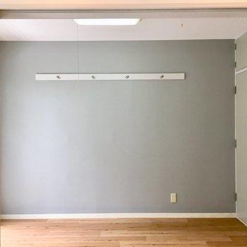 こちらのお部屋のクロスはブルー・グレー!フックも付いています。