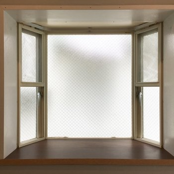 出窓に涼し気なオブジェを飾ったら素敵な夏が訪れそう。