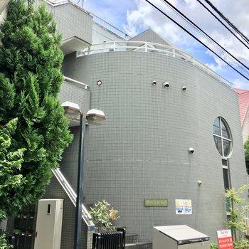 3階建ての緑あふれる小さなマンション。