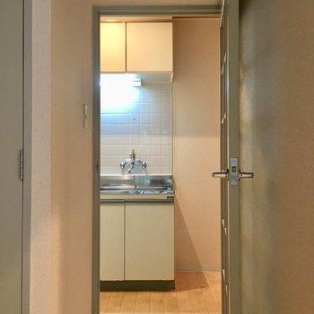 ガラスブロックのドアを開けるとキッチンがお目見え。