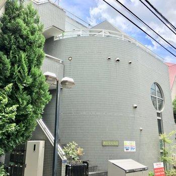 3階建ての緑あふれる鉄筋コンクリートマンション。