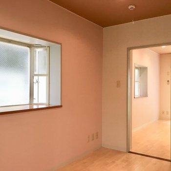 あわ〜いピンクの壁紙もマロン色の天井もステキに調和しています。