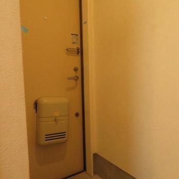 玄関は意外と広めです
