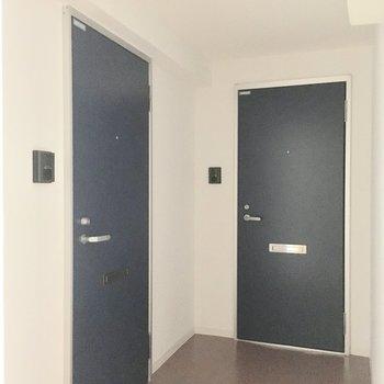 3階、手前側のネイビードアがお部屋です♪