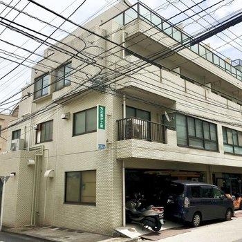 4階建ての鉄筋コンクリートマンション。