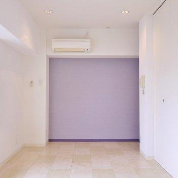 薄めの紫のアクセントクロスがお洒落。※写真は302号室のもの