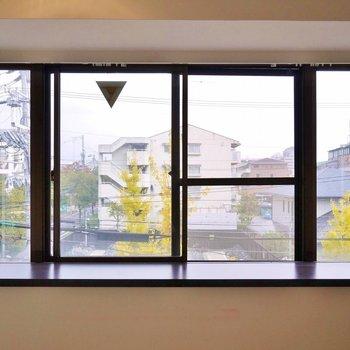 大きな出窓。※写真は302号室のもの