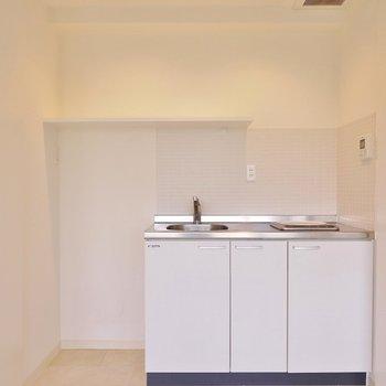 扉を開けるとキッチン登場。※写真は302号室のもの