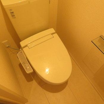 温水洗浄便座付きです。トイレットペーパーホルダーの隣にまた小物を置くスペースも