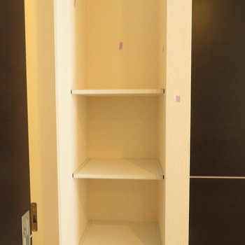 リビング入る扉の横にも。棚が。小物や普段使わないものを置きましょうか